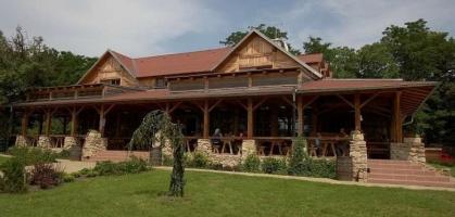 Hlavní budova s restaurací Kamínka